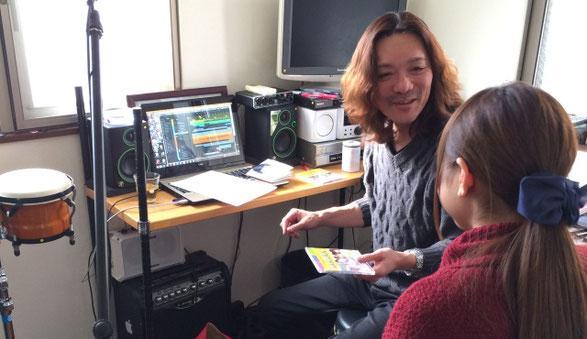 佐倉一樹先生が音楽教室で女性に丁寧にアドバイスしている場面