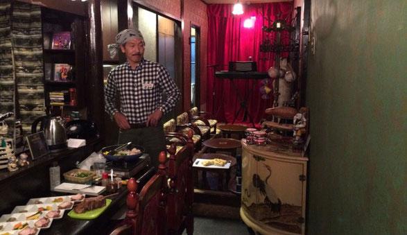 新宿CON TON TONの店内で料理の準備をする関屋さん