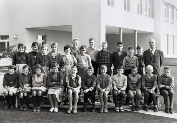 """Die """"Oberschule"""" (5. Kl. Primar und 1.-3. Real) im Jahr 1963 vor dem neuen Schulhaus. (Lehrer: Arthur Hort)"""
