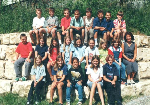 Klassenfoto der 4. Klasse im Schuljahr 1999/2000. (Lehrerin: Marie-Theres Bobst)