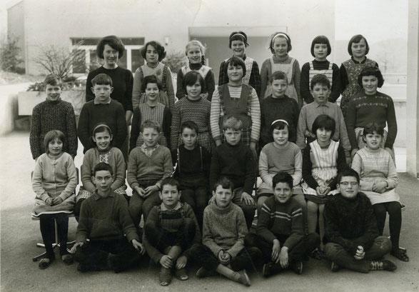 Die 3. und 4. Klasse im Jahr 1963. (Lehrerin: Ruth Brack)