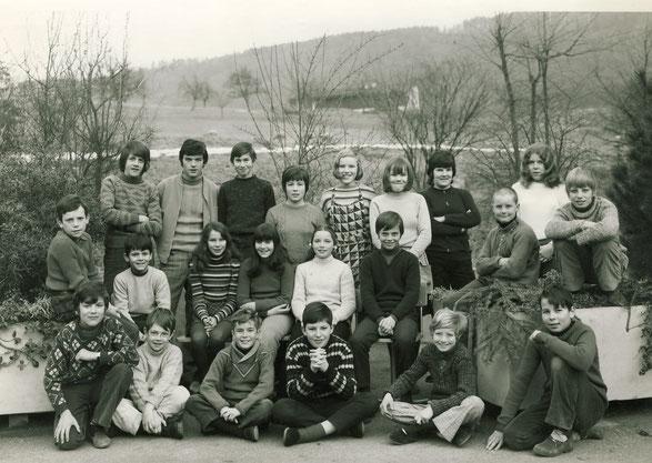 Die Jahrgänge 1957 bis 1957 der Oberstufe. Lehrer: Thomas Stahel  (Foto Huber, Luzern)