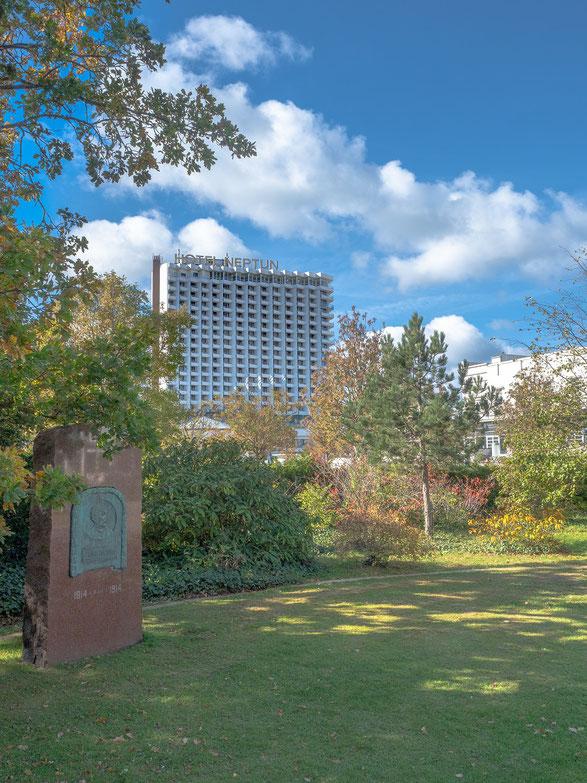 """Das Hotel """"Neptun"""", ein Haus mit bewegter Geschichte. Zu DDR Zeiten Inter - Hotel und STASI - Hochburg in der Gäste aus dem Westen bespritzelt  und abgehört wurden, heute wohl """"nur"""" noch Luxushotel."""