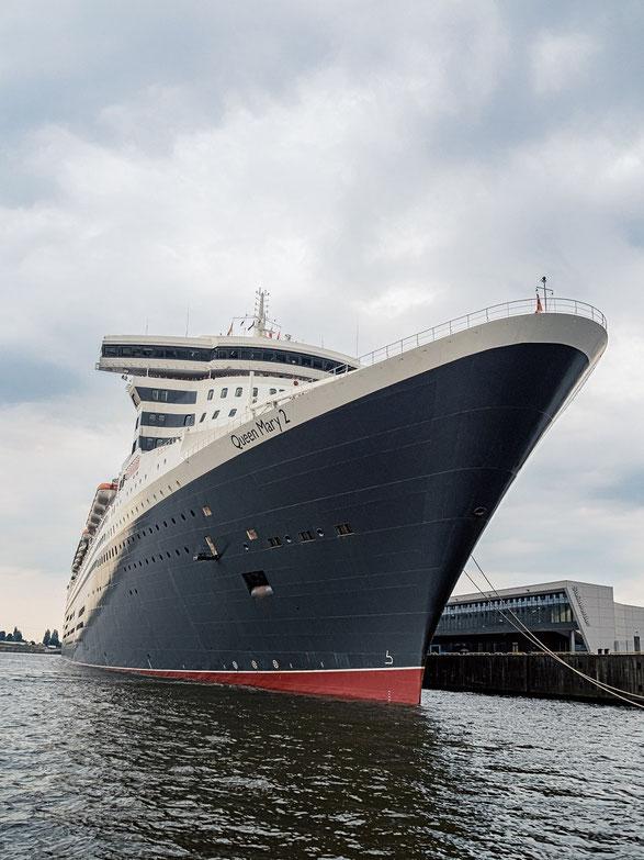 """Die """"Queen Mary 2"""", kurz bevor sie den Hafen zu ihrer nächsten Reise verlässt."""
