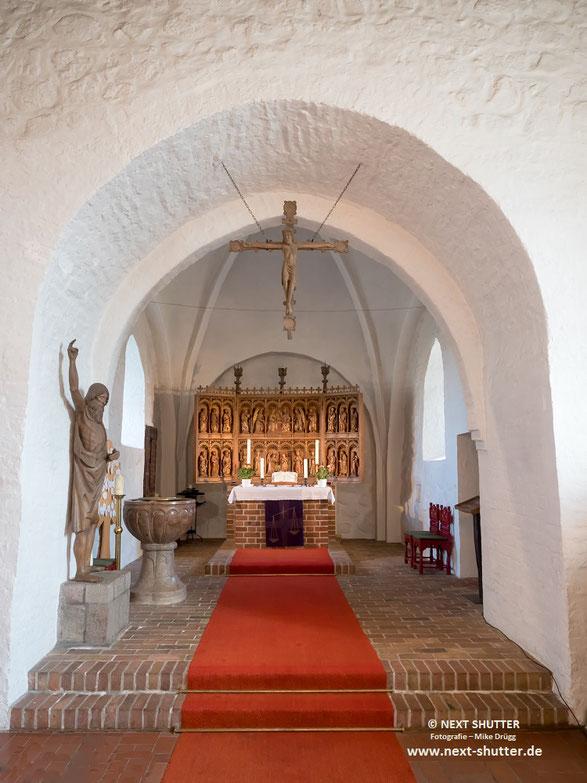 Der Altarraum mit dem Taufbecken