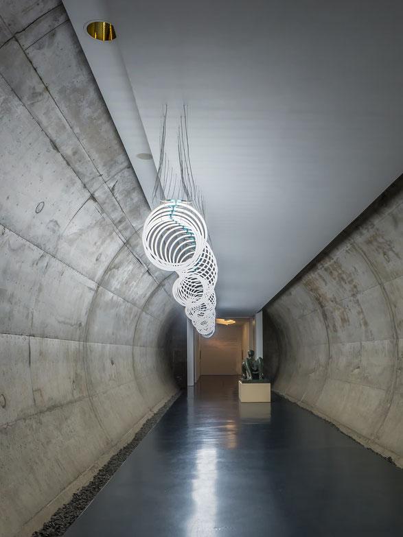 Der Zugang zur Moore - Ausstellung führt durch einen Tunnel mit einer Plastik sowie einer Lichtinstallation.