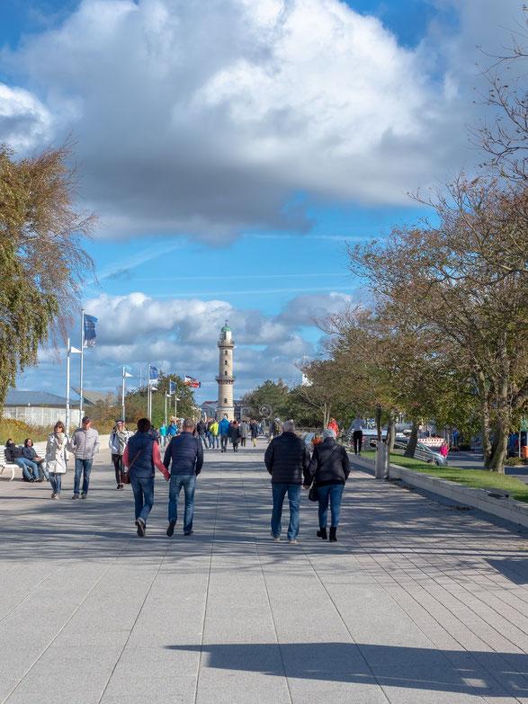 Die Promenade mit dem Leuchtturm von Warnemünde
