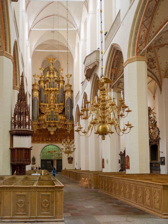 Das Hauptschiff mit der Orgel sowie dem Eingangsportal