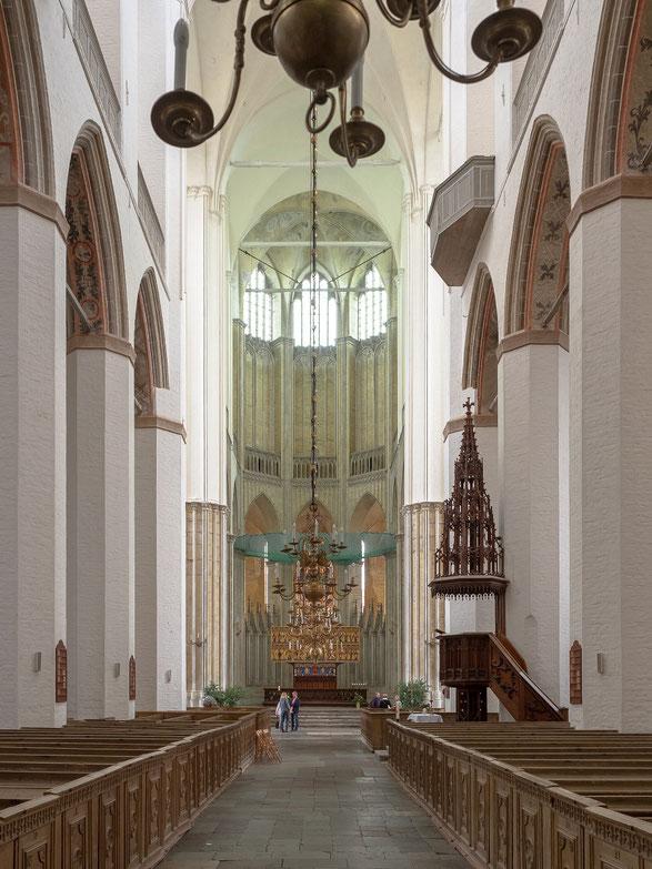 Hauptschiff der Marienkirche. Aufgrund des schlechten baulichen Zustandes muss der Altarbereich mit Netzen und Planen geschützt werden.