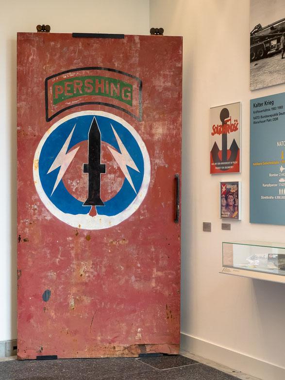 1983 - hinter dieser Tür lagerten in Mutlangen die im Rahmen der Nachrüstung gegen die sowjetischen SS20 Raketen in Deutchland stationierten Persing II sowie Marschflugkörper.