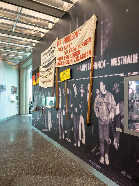 1989 -. der Freiheitswille der Bürger in der DDR wird ausfühlich thematisiert.
