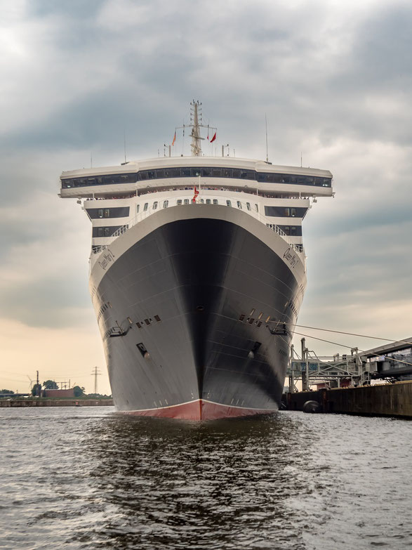 "Ein imposanter Anblick : die ""Queen Mary 2"" am Cruise Center Steinwerder"