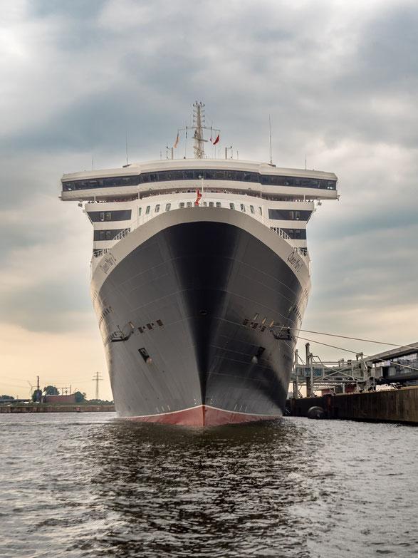 """Ein imposanter Anblick : die """"Queen Mary 2"""" am Cruise Center Steinwerder"""