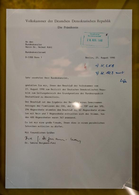 Am, 23. August 1990 beschließt die DDR Volkskammer, als erstes frei gewähltes Parlament der DDR, den Beitritt der DDR zum Geltungsbereich der Bundesrepublik Deutschland.