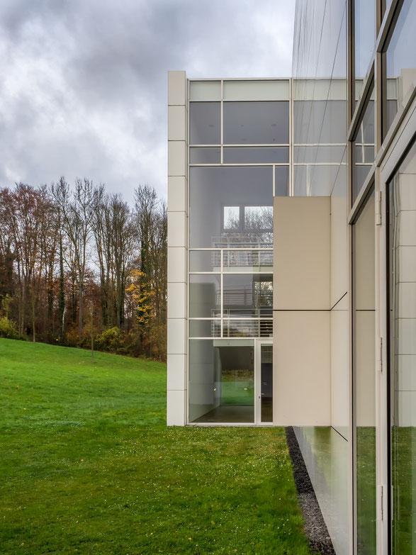 Die Ausstellung Henry Moore's aber auch vieler Werke Hans Arp's fand in einem modernen, oberhalb des alten Bahnhofs gelegenen, Neubau statt
