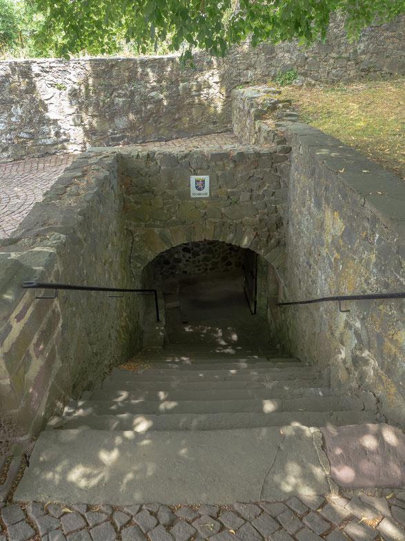 Auf der Hohenburg gibt es eine Außenstelle des Standesamtes Homberg. Hier kann man, in einem Burgverlies,  heiraten.