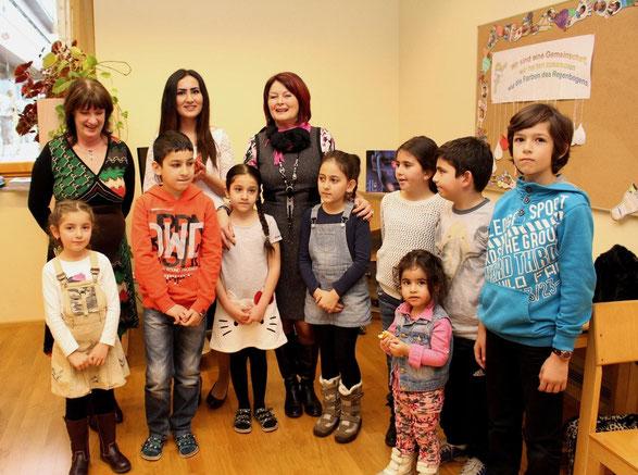 Die Kinder des alevitischen Religionsunterrichts gemeinsam mit den Direktorinnen der VS 1 & 2 und Frau Yaprak Tohumci (Religionslehrerin)