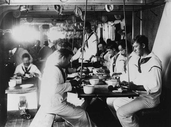 Marineros a bordo del USS Olympia cenando durante la Guerra de Cuba en 1899. La vajilla utilizada era íntegramente de acero esmaltado