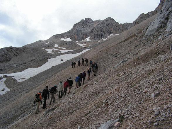Projekttage Juli 2009: Mit Schüler/innen aus Unter-, Mittel- und Oberstufe im Wettersteingebirge; hier im Leutascher Platt beim Anstieg zur Partenkirchner Dreitorspitze