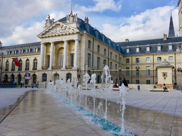 Tanzende Fontänen vor dem Palais du Duc in Dijon