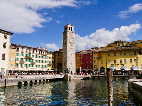 Italien Reise: Riva del Garda die Piazza am Hafen am Gardasee
