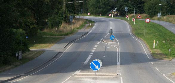 Straße zwischen dem Fußballplatz und der Förde kurz hinter Rinkenaes