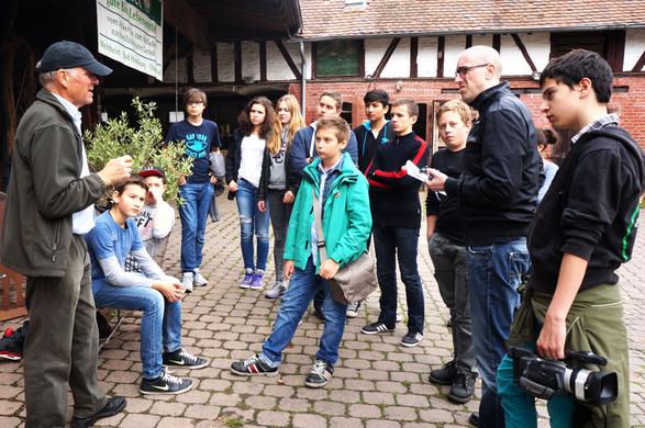 Bauer Etzel, der Gruppenleiter sowie Schüler/innen der Helmholtzschule Ffm.