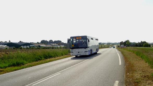 Mercedes Intouro M du réseau KSMA en service sur la ligne 11 du réseau KSMA, vu à travers champs au niveau de Saint-Méloir-des-Ondes.