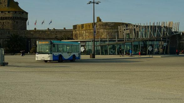HeuliezBus GX137 n°24 du réseau KSMA de Saint-Malo Agglomération affecté sur la Navette Cœurs de Ville, photographié sur la boucle de retournement d'Intra-Muros, devant l'Office du Tourisme.