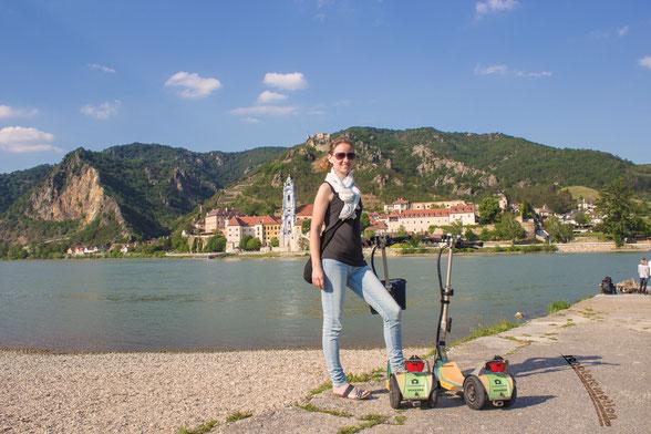 Am Donaustrand von Rossatz in der Wachau mit Blick auf Dürnstein und der Wachau. Die schönsten Plätze der Wachau erleben mit scooteremotion.