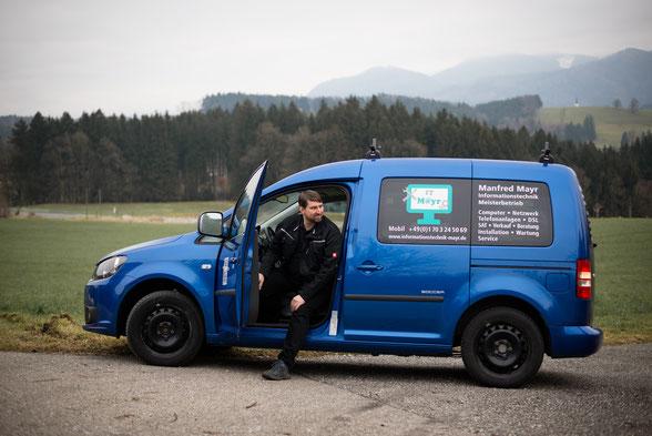 Manfred Mayr, Informationstechnik Mayr, steigt aus Firmenauto aus.