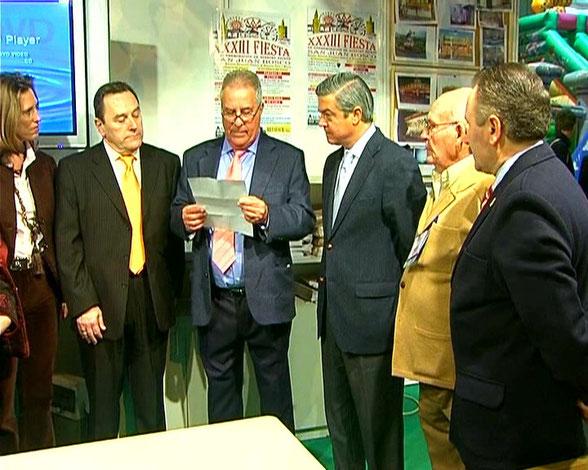 Entrega insignia de la Asociacion al Sr. Alcalde de La Linea de la Concepcion