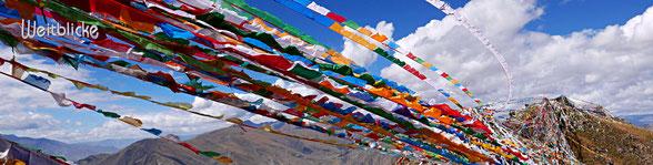 TIB01 - Tibet, Gebetsfahnen auf dem Berrücken beim Kloster Ganden