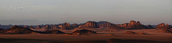 ALG04 - Algerien, im Wüstengebiet (Dünen) von Erg Admer mit Blick zum Tassili n'Ajjer