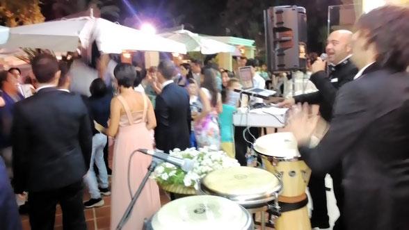 Dopo il taglio della torta gli invitati si scatenano con la musica del dj Francesco Vurchio