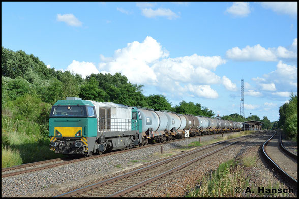 Am 30. Juni 2017 begegnet mir erstmals eine G2000 BB in Aktion. Am Haken hat sie einen Leerkesselwagenzug aus dem Tanklager Hartmannsdorf, den sie für InfraLeuna dort holte. In Wittgensdorf ob. Bf. erlegte ich die Fuhre