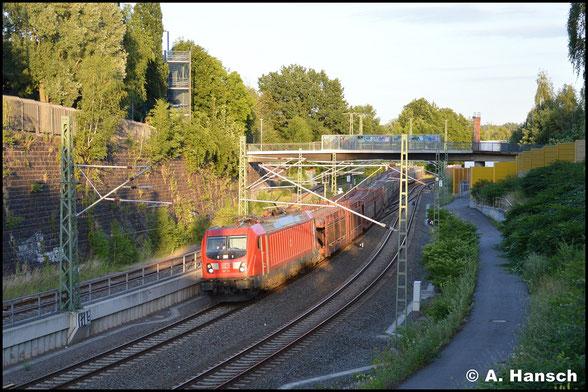 187 113-6 fängt am 2. Juli 2019 am Dresdner Platz in Chemnitz die letzten Sonnenstrahlen des Tages ein. Mit GA 47337 ist sie gen Dresden unterwegs.