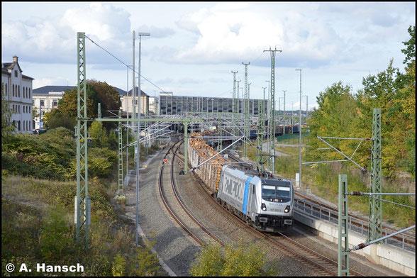 Am 27. September 2019 verlässt 187 303-3 mit Holzzug Chemnitz Hbf.