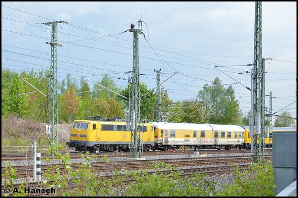 Für DB Netz ist die entsprechend gelb lackierte 111 059-2 im Einsatz, die mich am 12. Mai 2016 auf Höhe des AW Chemnitz mit Messzug überrascht