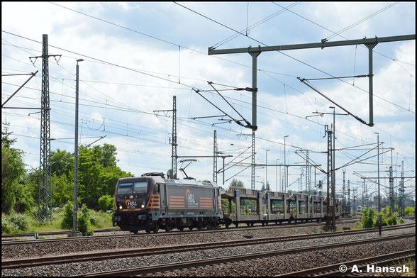 HSL 187 535-0 zieht am 5. Juni 2020 leere Autowagen durch Luth. Wittenberg Hbf.
