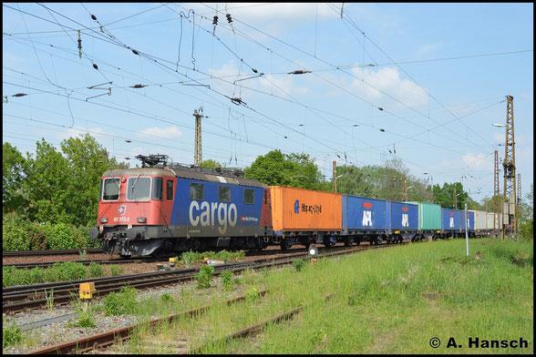 Ein weiteres mal begegnet mir 421 373-2 am 11. Mai 2016 in Leipzig-Wiederitzsch. Als Wagenlok läuft sie am Schluss eines Containerzuges mit