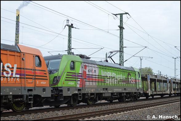 Hinter 187 500-4 zieht 187 505-3 am 3. Mai 2020 einen leeren Autozug von Bad Schandau nach Aachen und passiert dabei das AW Chemnitz