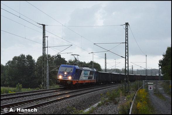 187 317-3 war die erste BR 187, die ich fotografieren konnte. Leider war die Sonne schon fast untergegangen und heftiger Regen zog auf, als sie mir am 2. September 2017 in Chemnitz-Furth mit einem Sandzug begegnete