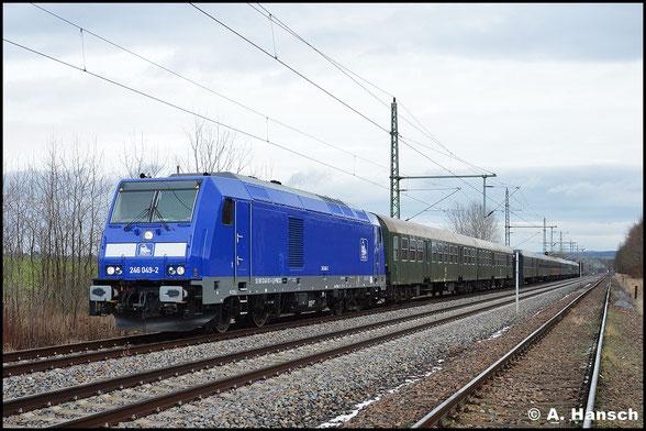 246 011-1 (PRESS 246 049-2) zieht am 10. Januar 2016 den Leerreisezug DLr 24246 von Dresden-Altstadt nach Glauchau. Hier ist die Fuhre in Chemnitz-Hilbersdorf zu sehen. Schlusslok ist 076 003-7 (PRESS 285 103-3)