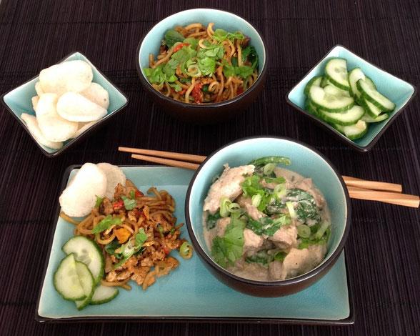 Ajam Putih met spinazie, noodles, zoetzure komkommer en kroepoek.