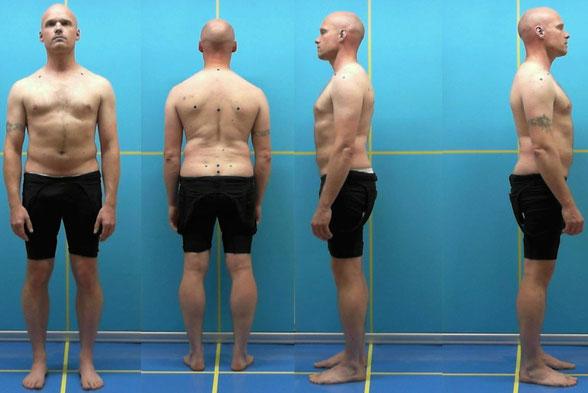 hier sieht man einen Menschen von vorn, hinten rechts und links mit Markern auf Wirbelsäule und Schultern für die Haltungsanalyse, man kann z. B. evtl. Abweichungen und Schiefständen sehen.