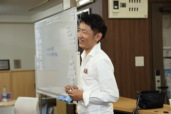 福岡で社員研修(グローバル研修・チームビルディング研修)を行うトイカケルの代表が、社員研修を行う様子