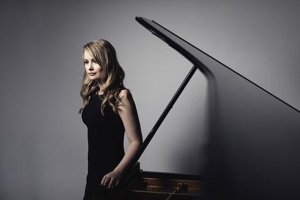 Die Pianistin Katharina Treutler spielt auf Einladung der Catoire Musikinitiative am 1. November 2020 im Kleinen Saal der Laeiszhalle Hamburg