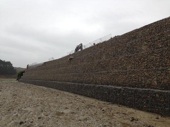Confortement par mur de soutènement en gabions, mur poids de confortement en gabions