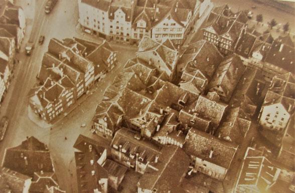 Luftaufnahme eines Ausschnits der Kasseler Altstadt mit der Klosterstraße (vor 1943)      Die Klosterstraße beginnt an der Kreuzung im linken unteren Bildbereich, geht schräg nach oben, biegt nach rechts ab und führt leicht schräg nach rechts aus dem Bild